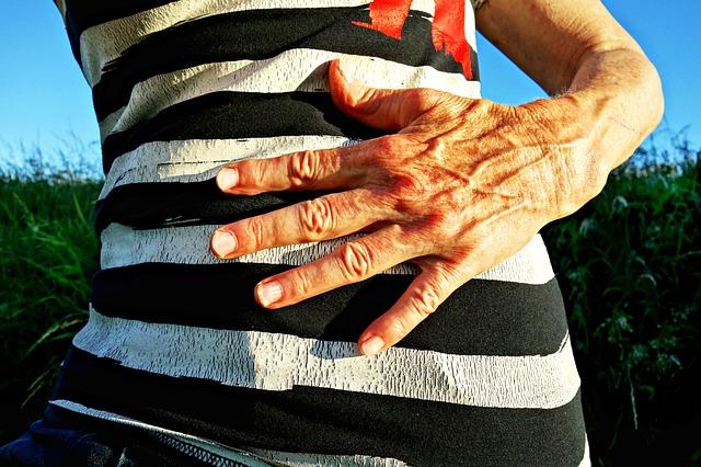 ruka, břicho, proužkované triko
