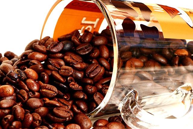 zrnka kávy ve skle