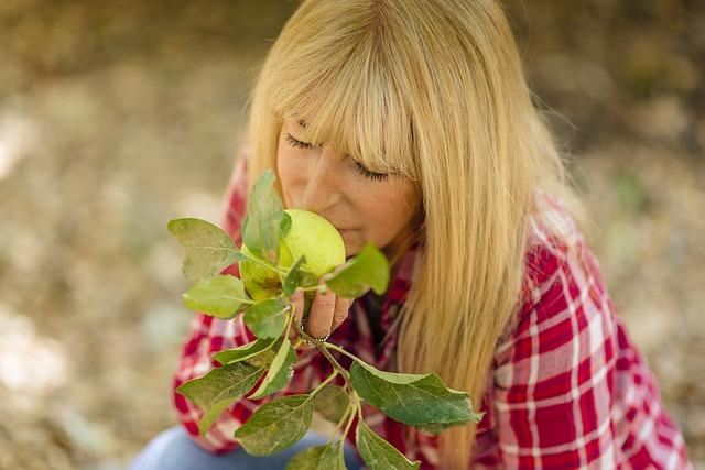 žena, blondýla jablko, vůně