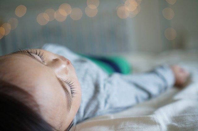 Jak přežít noční vstávání k miminku