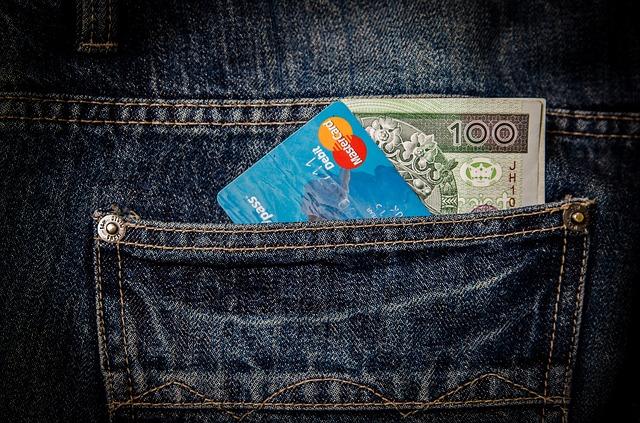 kapsa s kreditkou a stovkou
