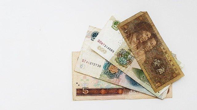 čtyři bankovky na bílém pozadí