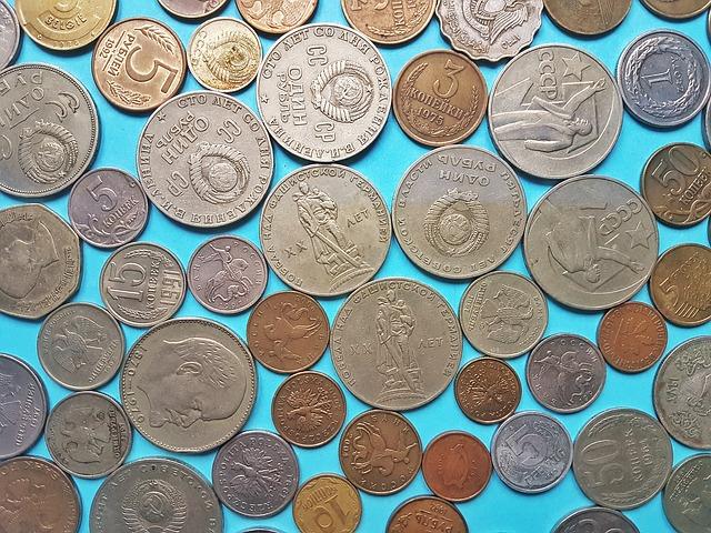 drobné asijské mince na modrém pozadí