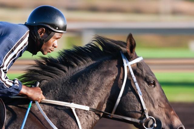 žokej na koni při dostizích
